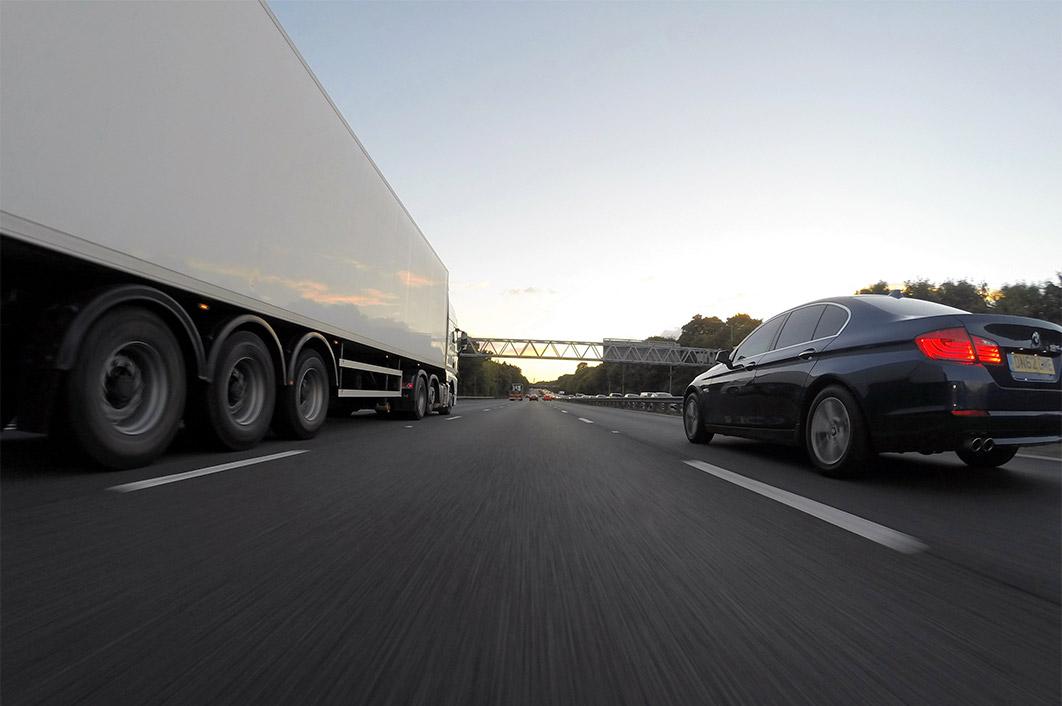 Proč kamion předjíždí tak dlouho a proč zákaz nevyřeší nic