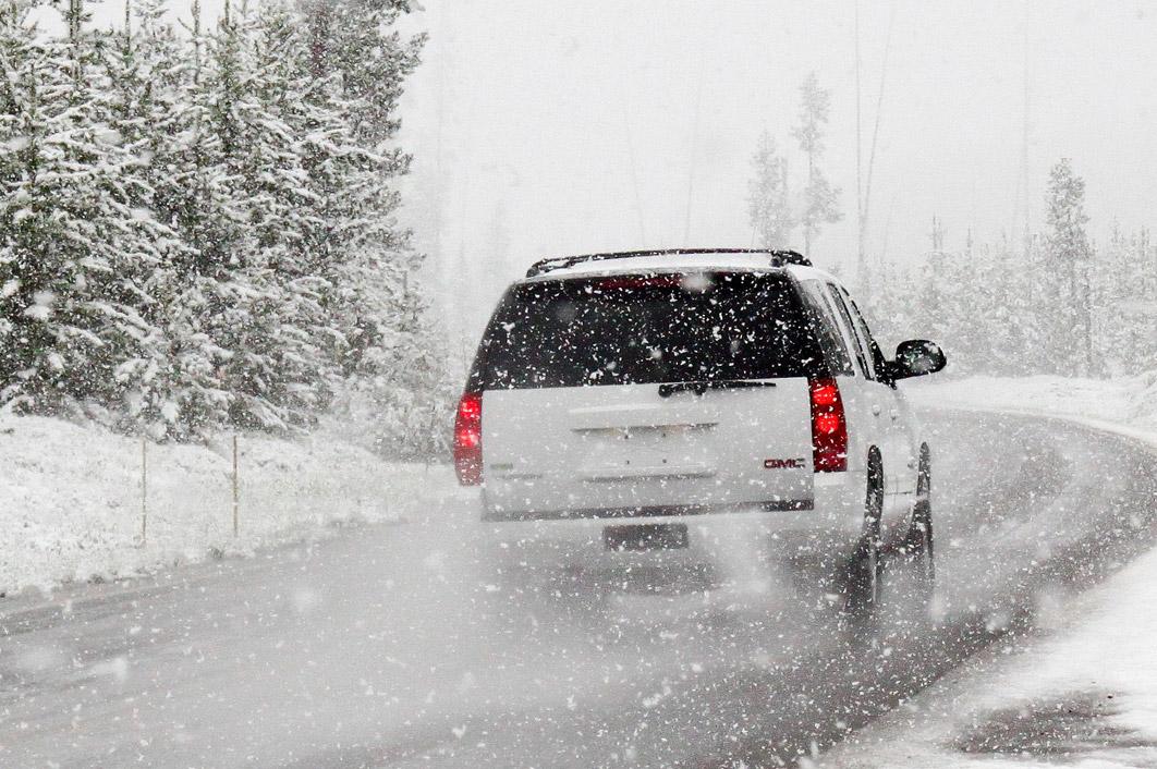 Koho také potkáte na silnici při sněžení? Mlhovkáře, tankistu nebo lenochoda